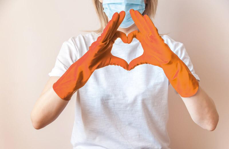 Pflegerin formt Herz mit Händen